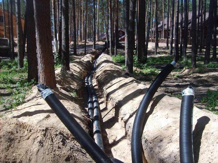 Трубы ПНД для прокладки кабеля размещаются в предварительно вырытых траншеях