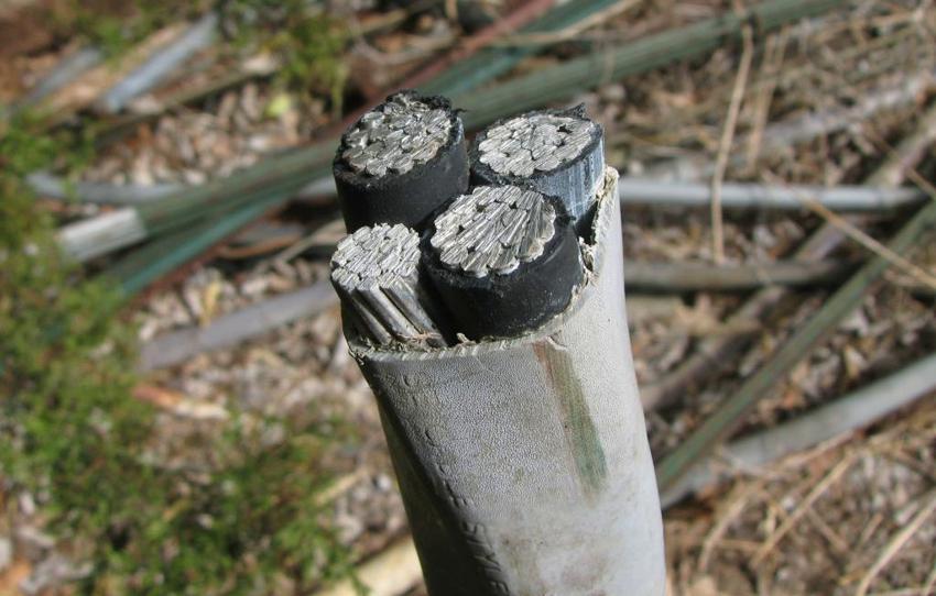 Бронированный кабель защищен металлической оболочкой