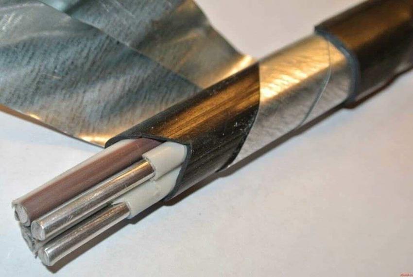 Алюминиевый или медный бронированный кабель укладывается на глубину до 80 см
