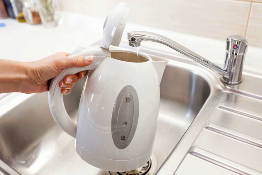 Если в чайник заливать минимальное количество воды без запаса, то можно снизить растраты и воды, и электроэнергии