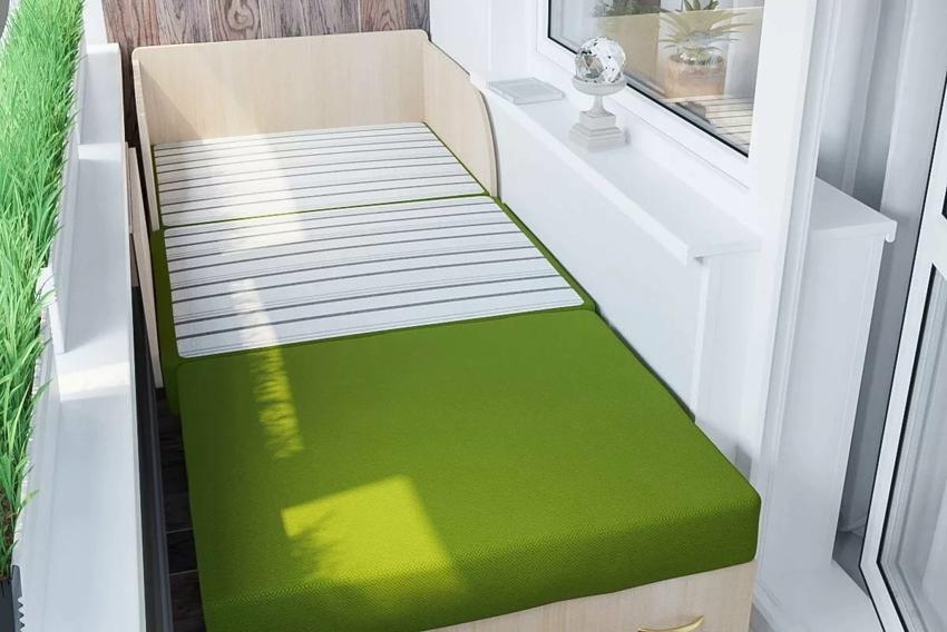 Раскладной диванчик на балконе