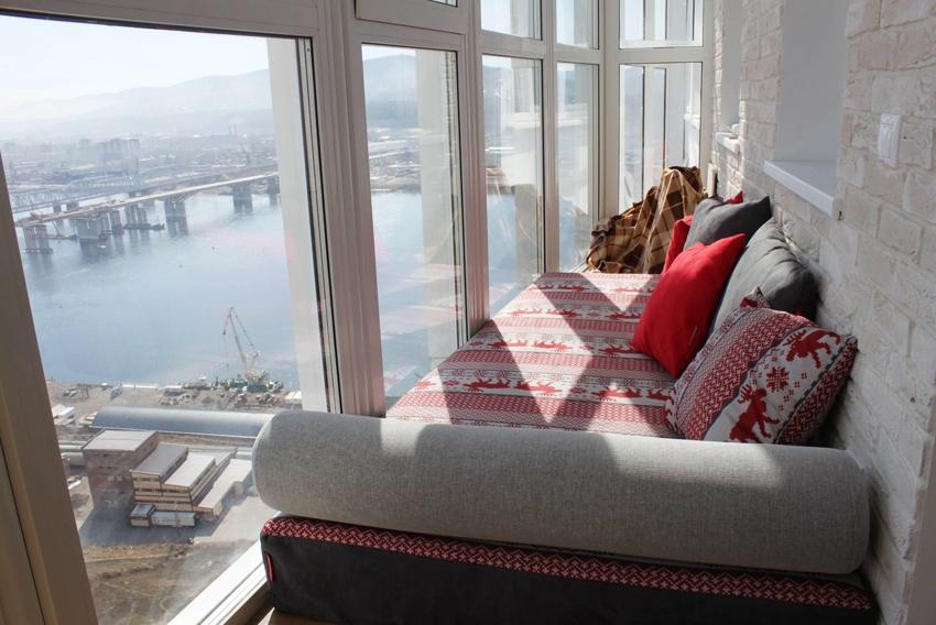 Диван на балконе позволит любоваться роскошными видами