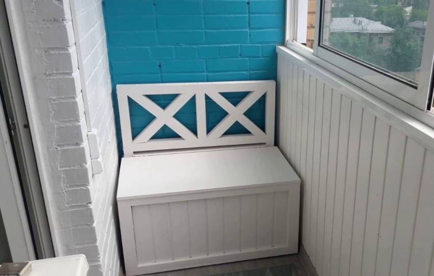 Простой деревянный диван-ящик можно дополнить мягкими подушками