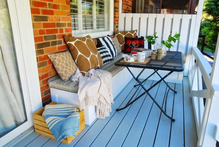 Диванчик на балконе можно дополнить кофейным столиком