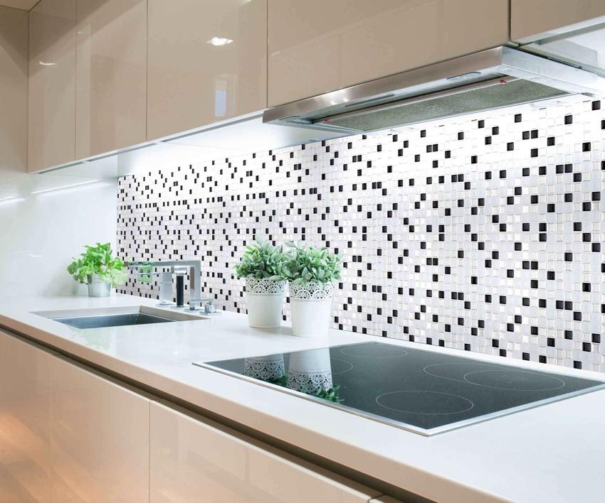 Из маленькой плитки мозаики можно выкладывать различные узоры