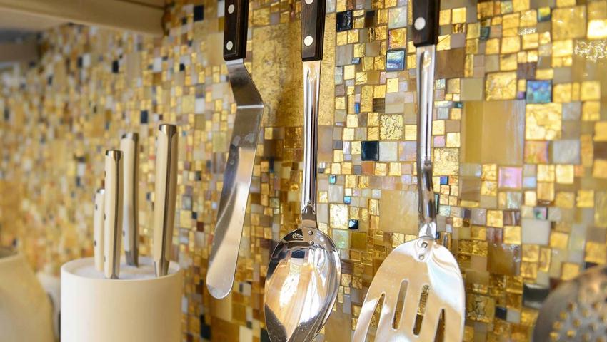 Красивая глянцевая плитка-мозаика золотого оттенка