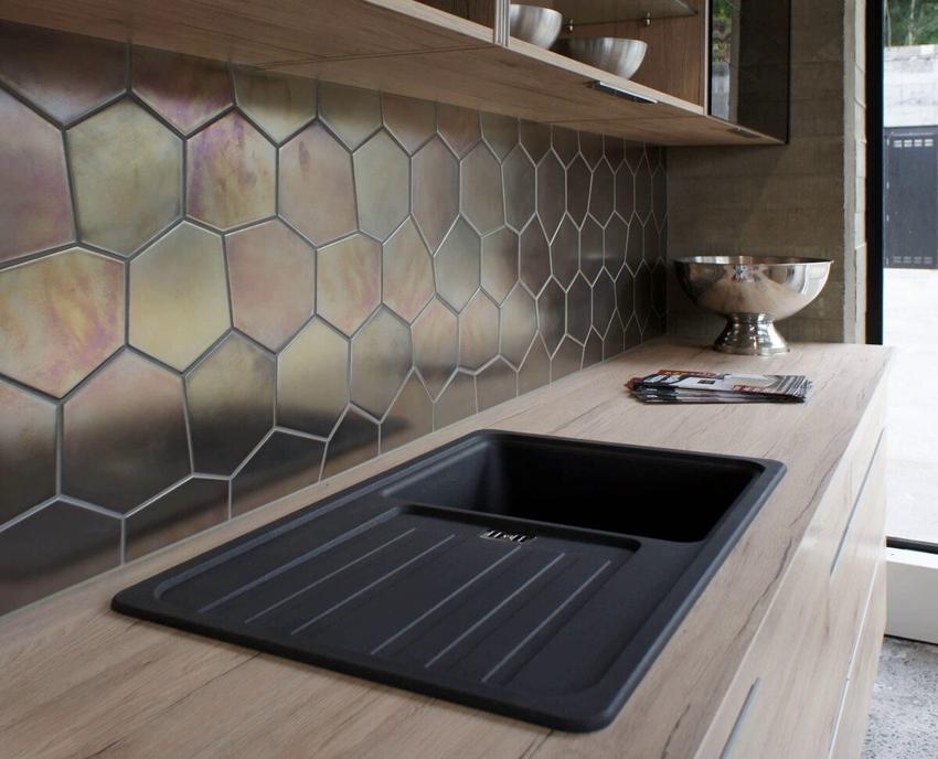 Металлическая крупная мозаика в интерьере кухни