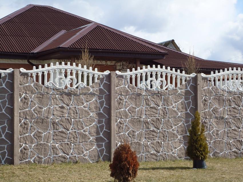 Бетонный забор отличается высокой прочностью