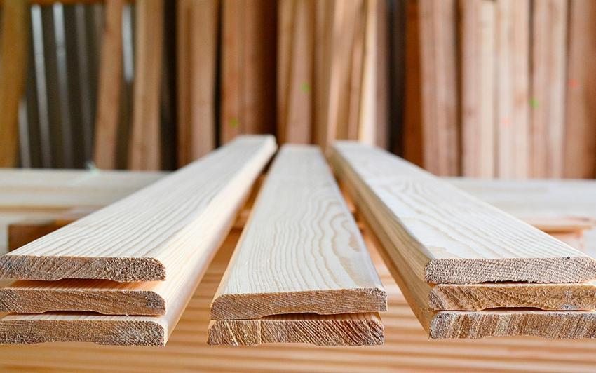 При выборе деревянного наличника следует отдавать предпочтение качественным материалам