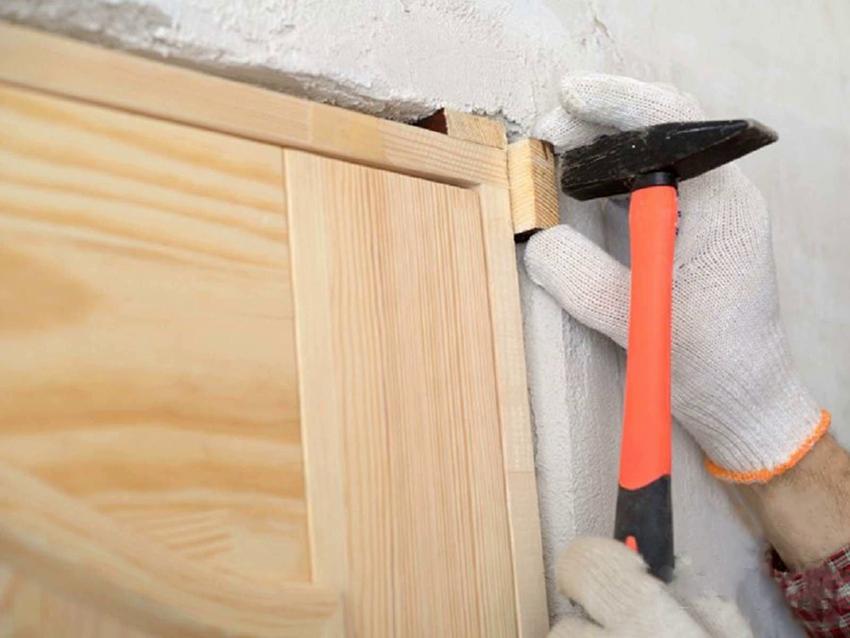 Установка наличников позволяет скрыть следы монтажа коробки и неэстетичные зазоры