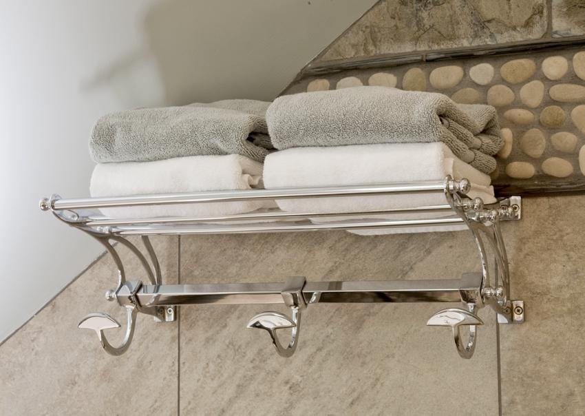 Металлическая полка с крючками для полотенец и банных халатов