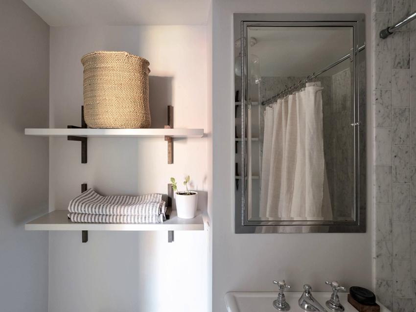 Широкие полки позволят хранить в ванной полотенца и крупные бытовые вещи