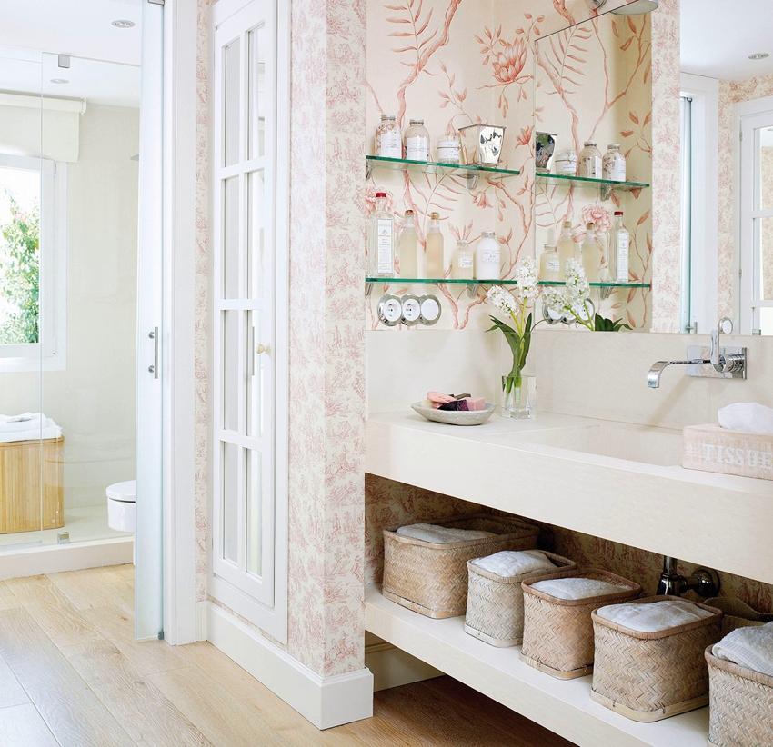 Функциональное расположение полок в ванной - возле зеркала и под раковиной