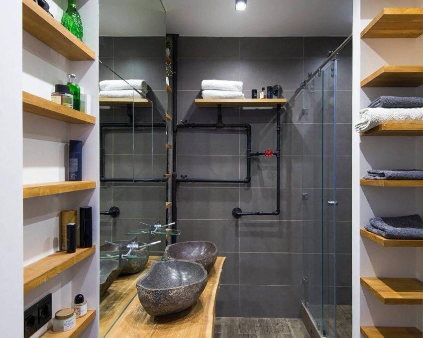 Встроенные узкие полочки в ванной комнате