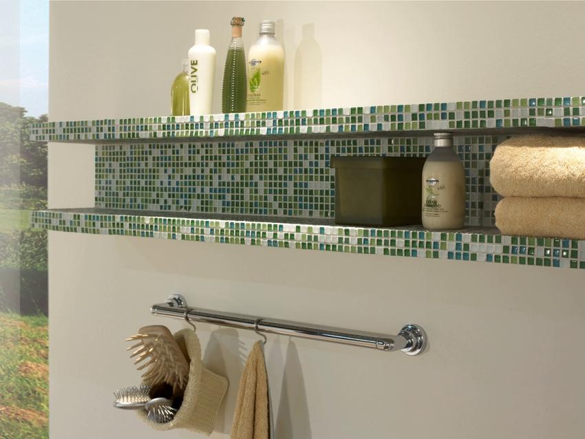 Полка в ванной облицована мозаикой