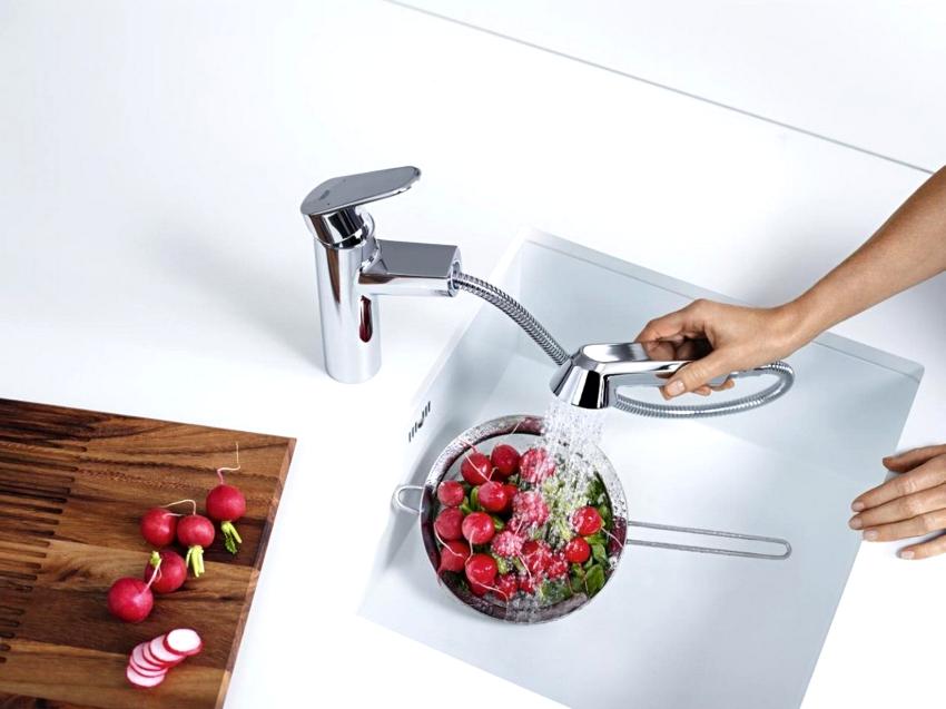 Для кухни в стиле минимализм, уместными станут смесители стандартной формы и имеющие блестящее хромированное покрытие
