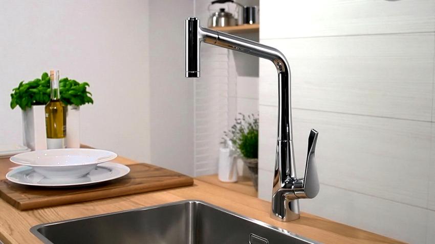 Смесители для кухни с выдвижной лейкой могут крепиться к раковине, столешнице и стене