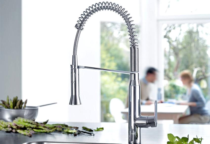 Кухонные смесители с душем различаются размерами, материалами изготовления, способом крепления, функциональностью