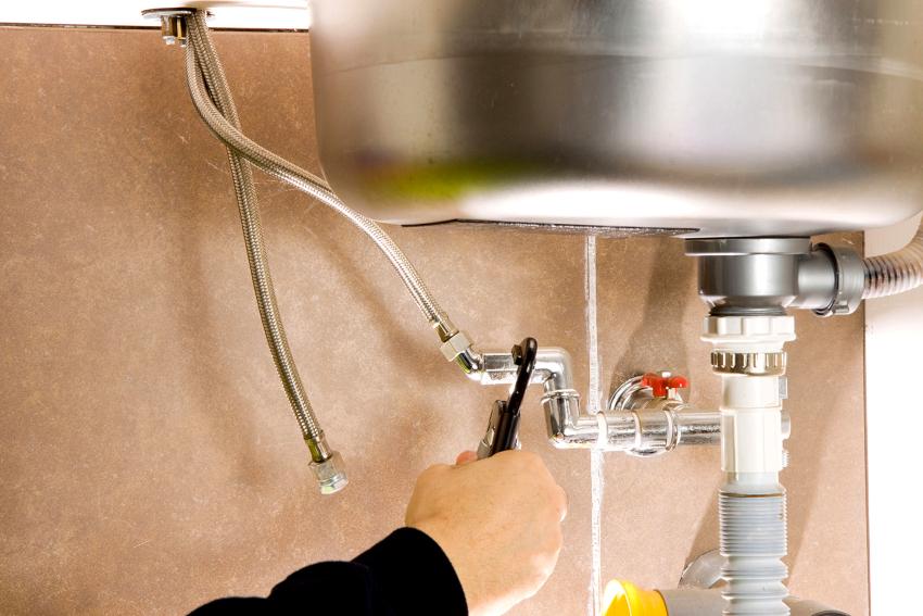 Для подключения гибких шлангов к трубам подачи горячей и холодной воды понадобиться раздвижной гаечный ключ